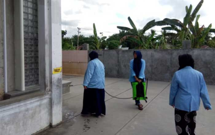 Mahasiswa KKN Unri Desinfeksi di Masjid Desa Pasarbaru Pangean