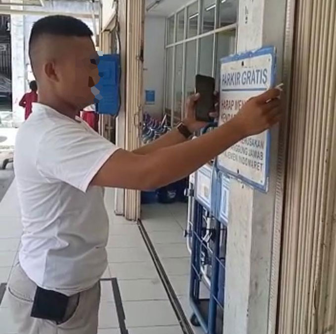 Mengaku Koordinator Parkir, Turunkan Plang Parkir Gratis di Indomaret