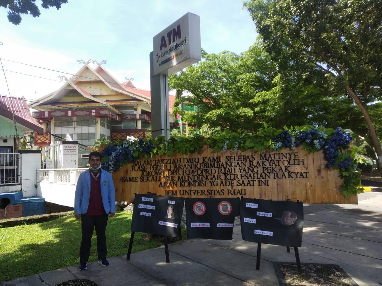Kecewa, Mahasiswa Kirim Papan Bunga Duka Cita ke DPRD