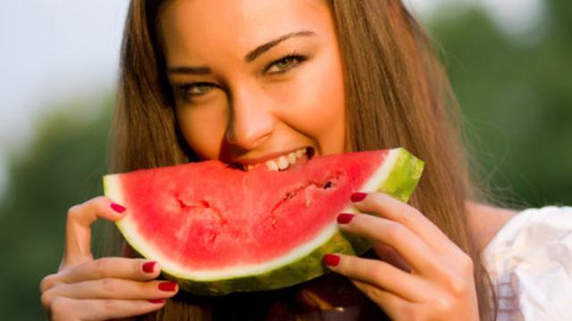 Makan Semangka Bisa Bikin Kulit Cantik