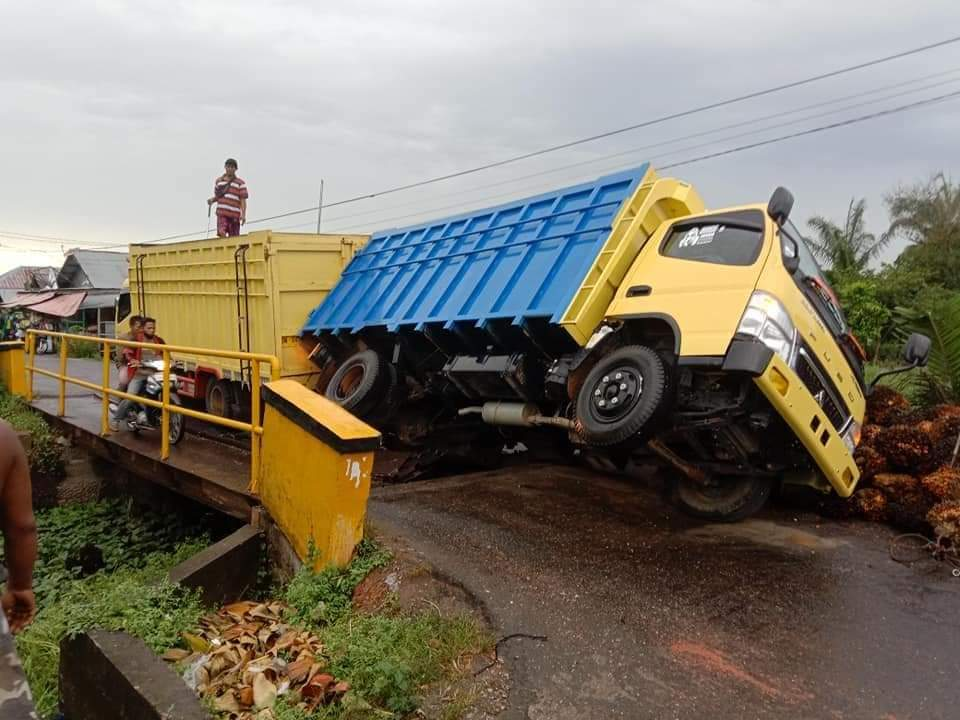 Truk Terjungkal, Jembatan Besi di Jalan Bintang Nyaris Ambruk