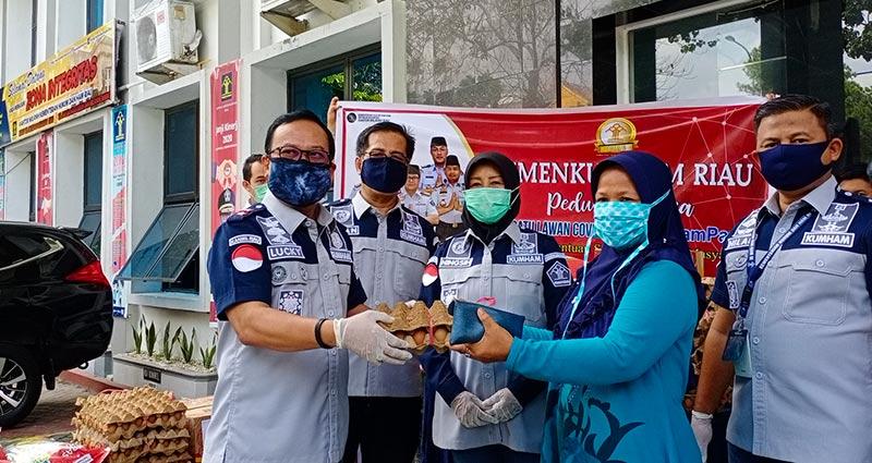 Kemenkumham Riau Salurkan 227 Paket Sembako ke Masyarakat Terdampak Covid-19