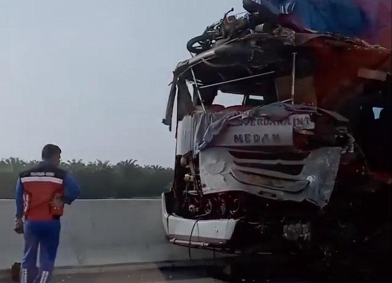 Dua Bus Bertabrakan di Tol Permai, Satu Orang Meninggal