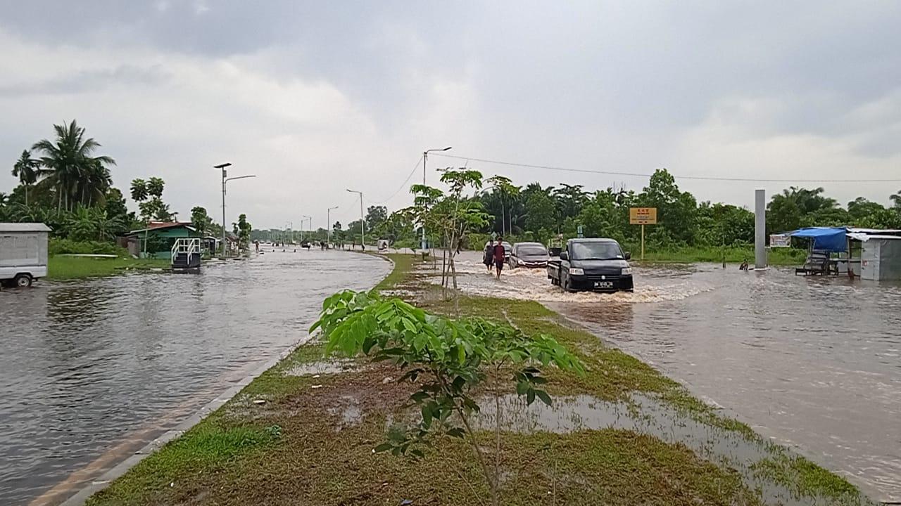 Banjir Luapan Sungai Siak Yang Belum Surut Bikin Ruas Jalan Ini Lumpuh