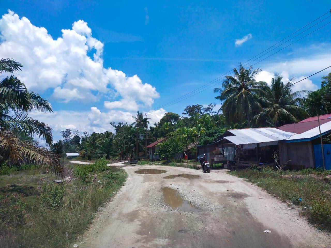 Kondisi Jalan Lintas Desa Kelemantan Barat-Sekodi Memprihatinkan