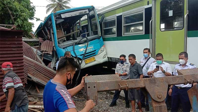 KA Minangkabau Express Menuju Bandara Tabrak Bus Trans Padang