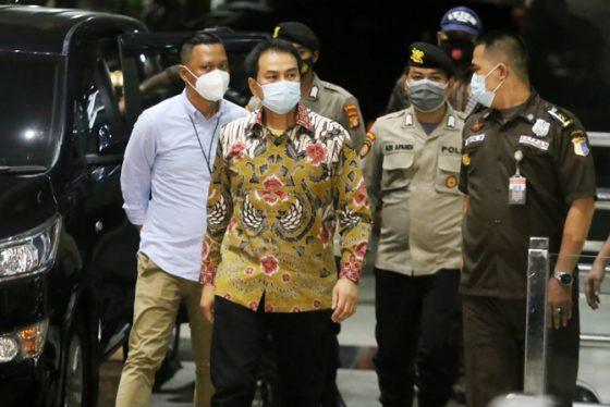 Dijemput Paksa, Azis Syamsudin Ditangkap dan Tiba di Gedung KPK