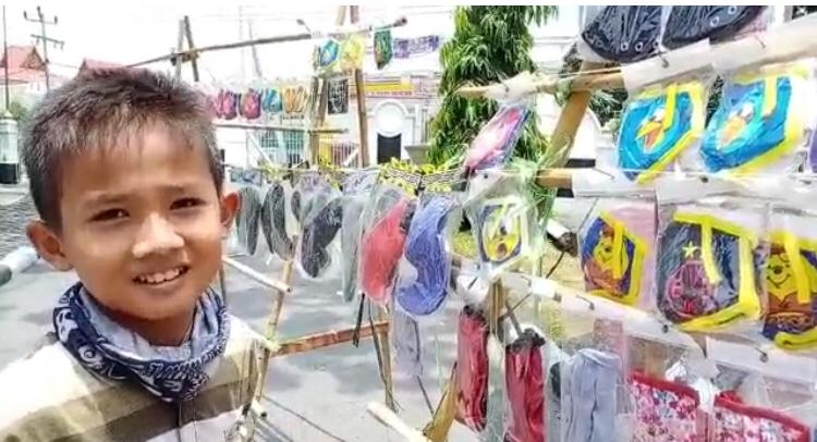 Libur Sekolah, Siswa SD Malah Bantu Jual Maskeruntuk Corona