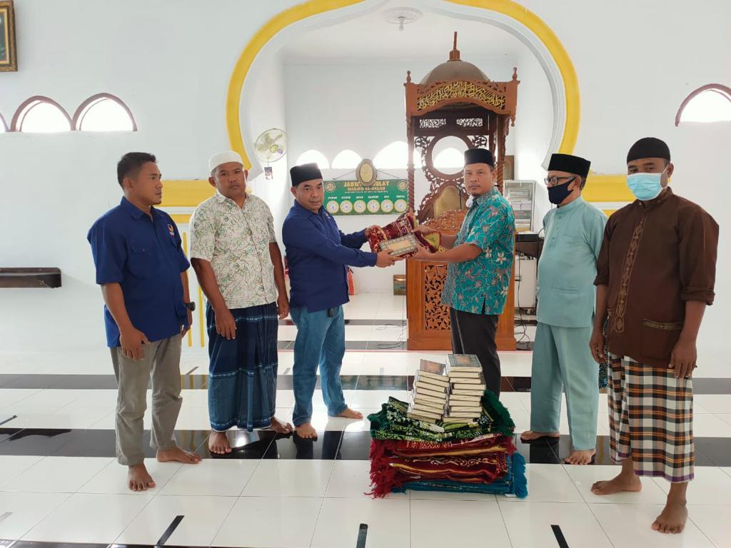 Anggota DPRD Siak Rusmin Bagikan Alquran dan Sajadah