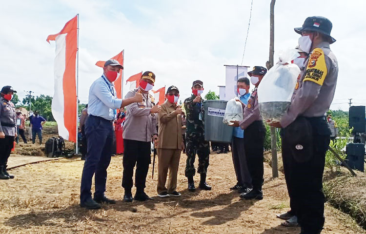 Kapolda Riau Salurkan 750 Paket Sembako kepada Masyarakat Pelalawan