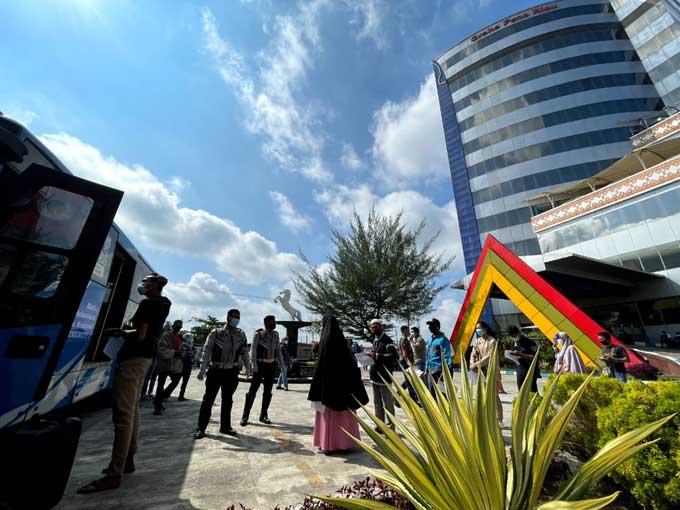 Vaksinasi Massal, Warga Antusias Kunjungi Graha Pena Riau