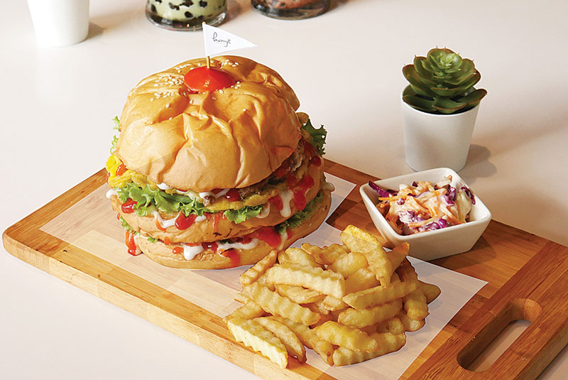 Prime Park Hotel Pekanbaru Sajikan Monster Burger
