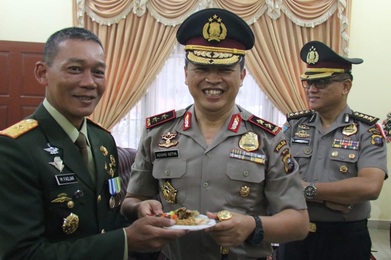 Surprise! Tumpeng Kapolda Riau untuk Danrem 031/Wirabima