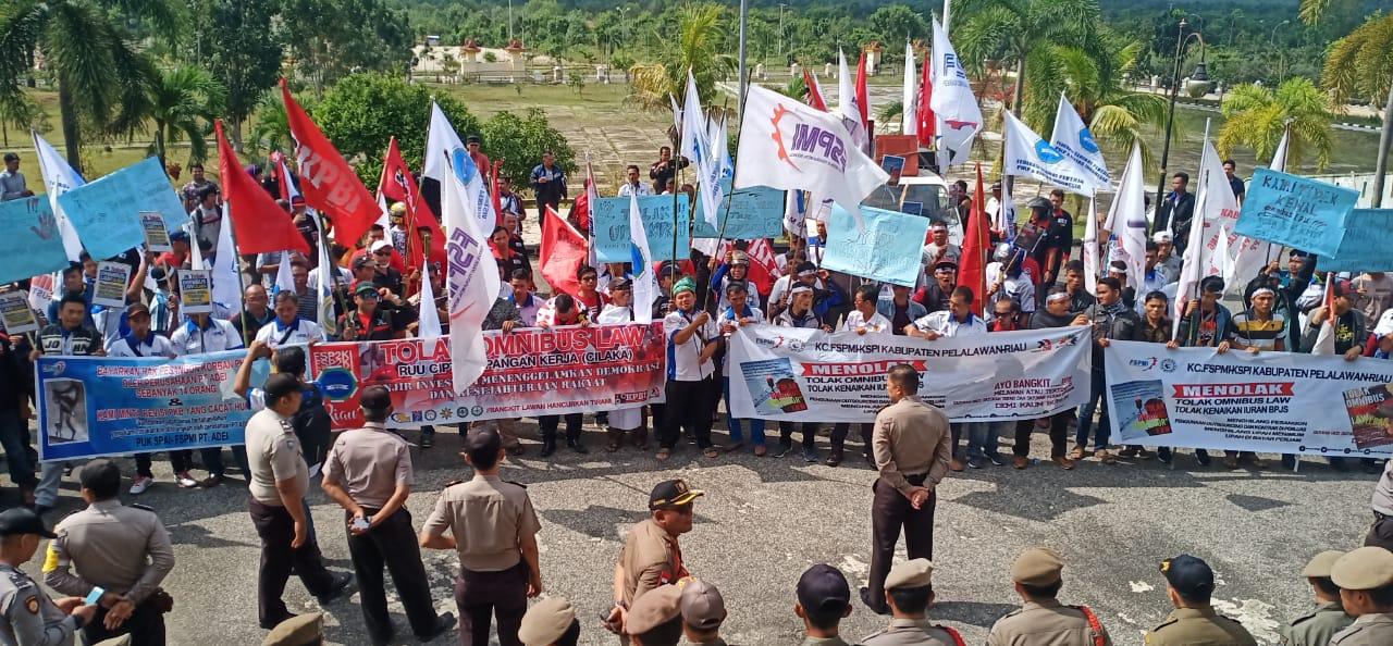 Tolak RUU Omnibus Law, Ratusan Massa FSP2KI Unjuk Rasa ke DPRD