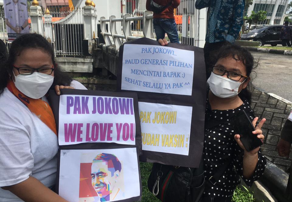 Antusias Sambut Kedatangan Jokowi, Warga Pekanbaru Ini Bawa Poster