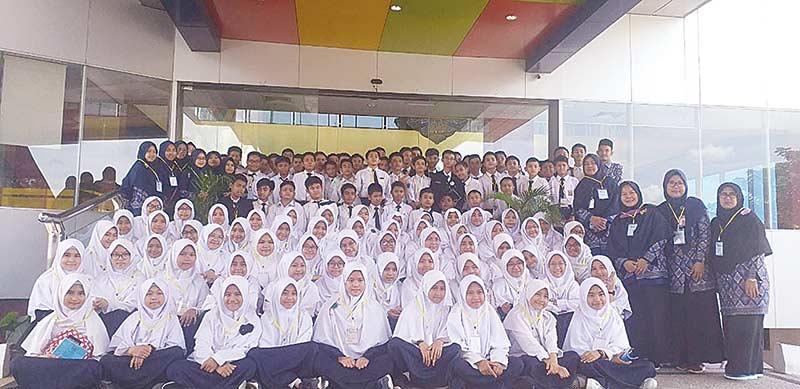130 Pelajar dan Guru SMPIT Al Kautsar Duri Belajar ke Riau Pos