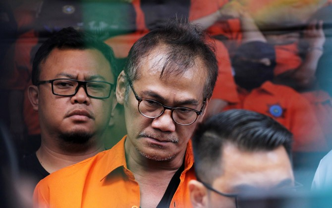 Guna Narkoba Lagi, Tio Pakusadewo Ditangkap Polisi Mengunakan APD