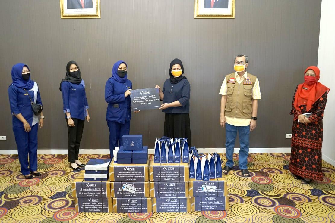 Produksi Sendiri, Inez Cosmetics Serahkan Seribu Handsanitizer ke Istri Gubernur