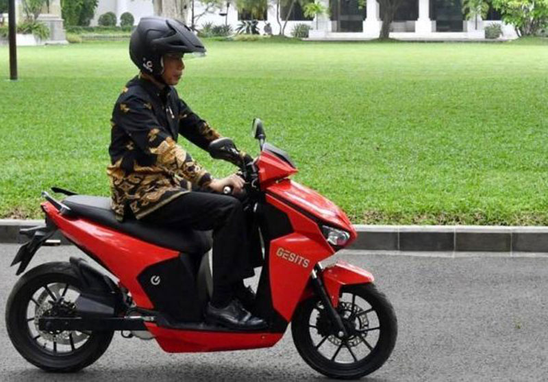 Motor Listrik Bertandatangan Jokowi Dilelang di Konser Bimbo