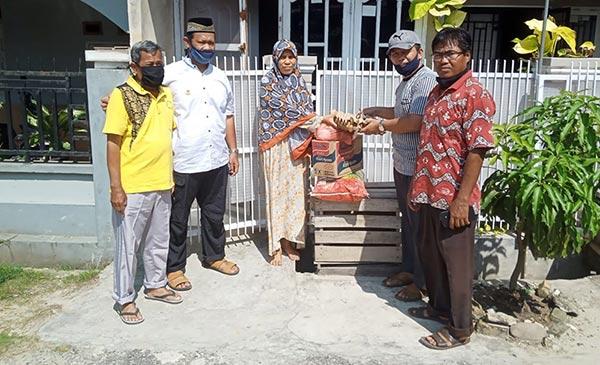 Masjid Ar Rahim Serahkan Sembako ke Keluarga Anak Yatim Pandau Jaya