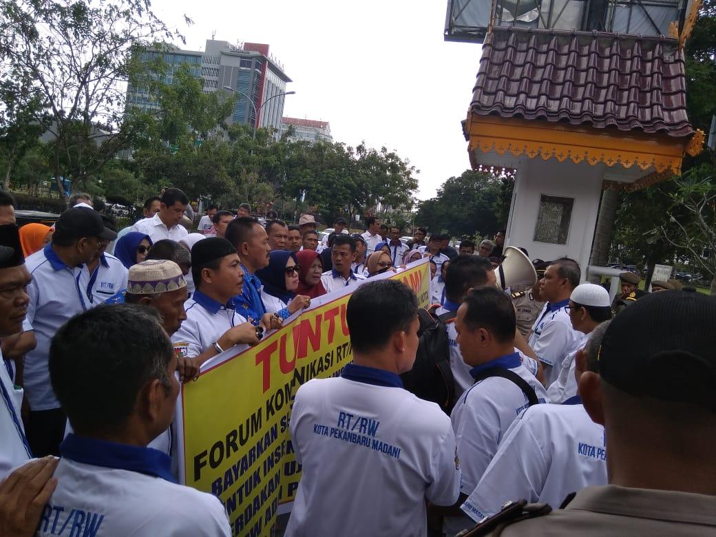 Insentif Belum Cair, Puluhan Ketua RT/RW Lakukan Demo
