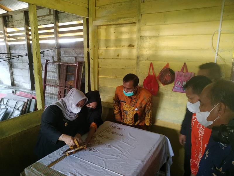 Bupati Pasang Badan Promosikan Batik Tenun Teluk Latak Bengkalis