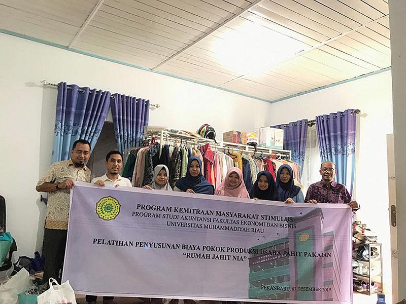 PKMS Prodi Akuntansi Umri Bantu Rumah Jahit Nia Buat Laporan Keuangan