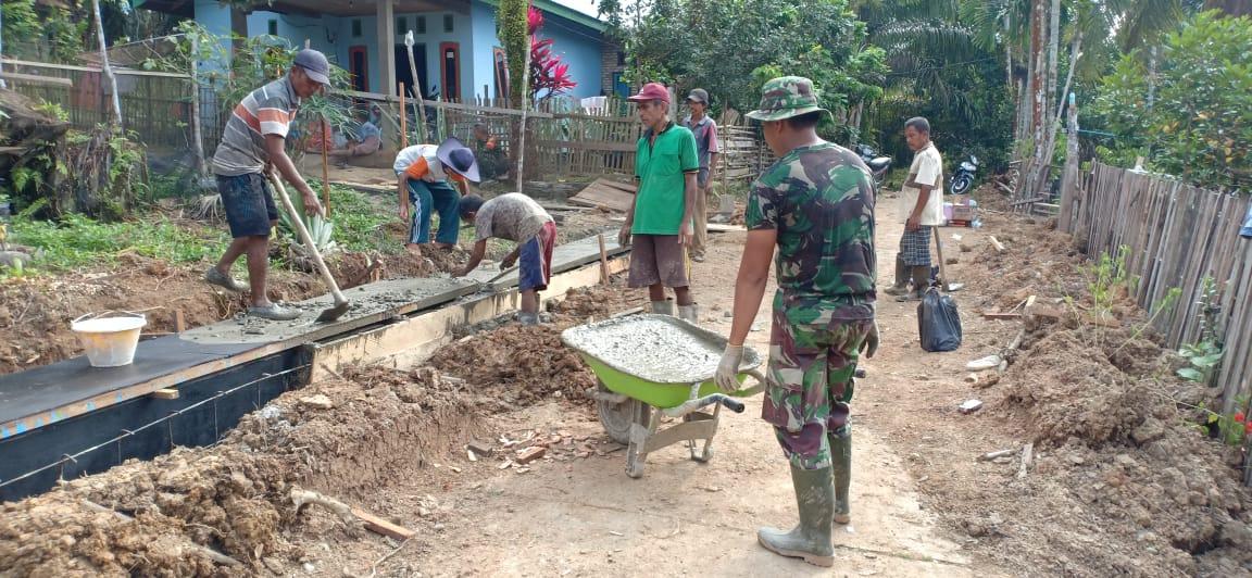 Warga Antusias Bantu Satgas TMMD Cor Drainase di Desa Koto Ruang