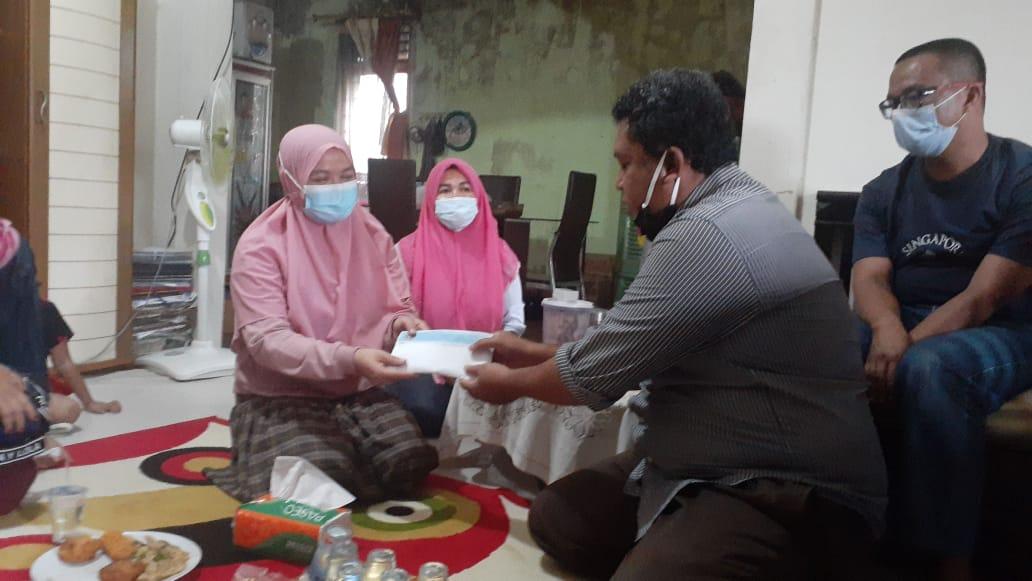 PWI Riau Peduli Serahkan Dana Santunan ke Ahli Waris Almarhum Moralis