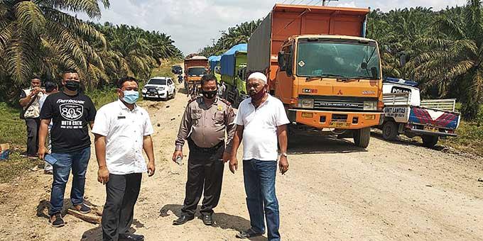 Warga Kecamatan Pasir Penyu Alihkan Jalur Lalu Lintas Truk