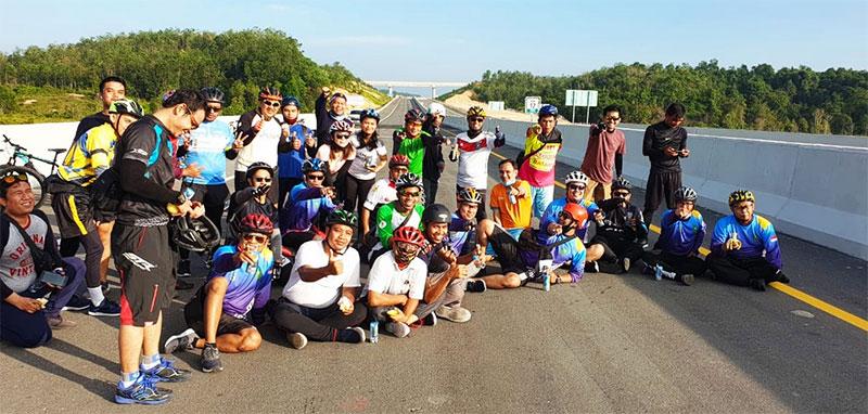 JKC Menjajal Mulusnya Jalan Tol Pekanbaru-Dumai dengan Bersepeda