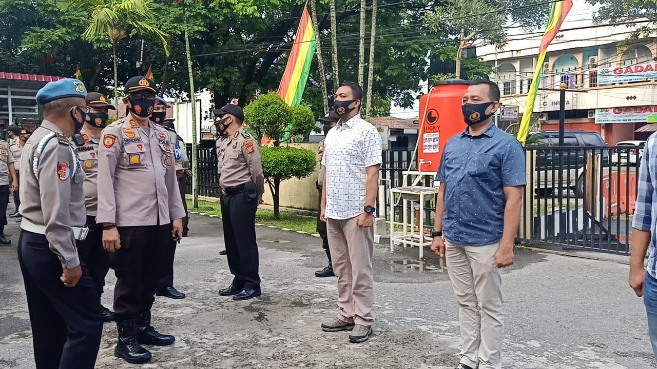 Polsek Rupat Utara Bersihkan Pantai Wisata Beting Aceh