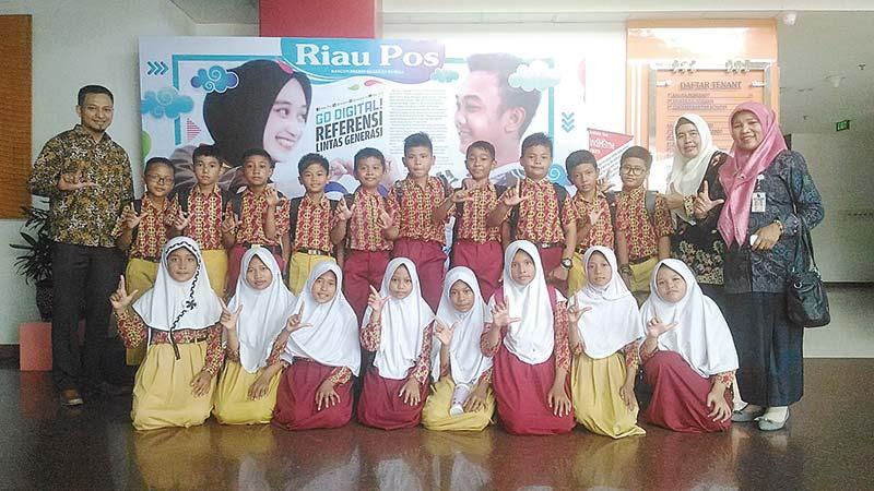 Murid SDN 194 Berkunjung ke Riau Pos
