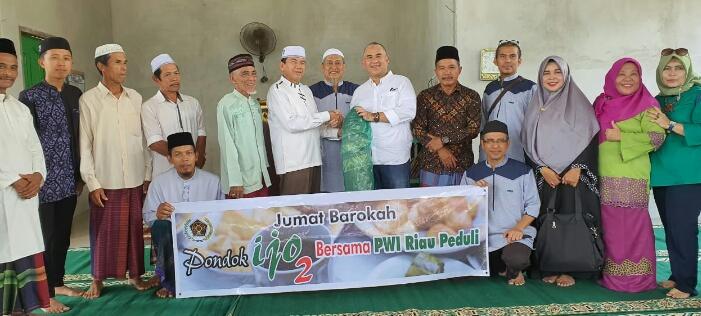 PWI Riau Peduli-Sahabat Pondok Ijo Serahkan Bantuan Karpet Sajadah ke Masjid Al Furqon Desa Aur Sati