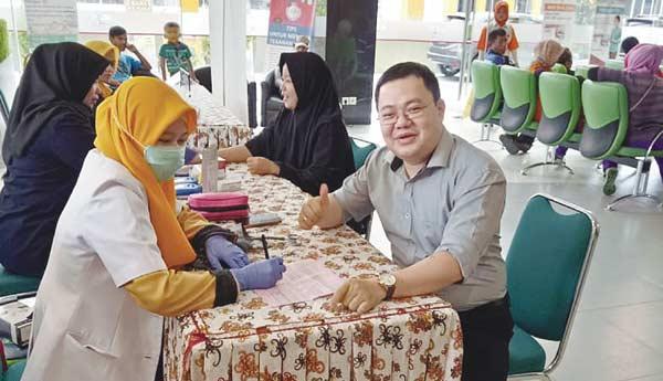 Dokter Spesialis dan Ibu-Ibu Komunitas Turut Donor Darah