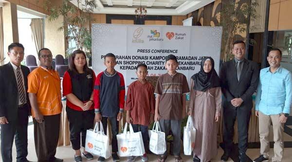 Hotel Grand Jatra dan MP Serahkan Donasi Kampung Ramadan