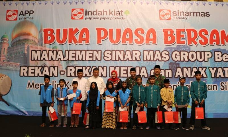 Beri Santunan 100 Anak Yatim dan Hadiah Umrah