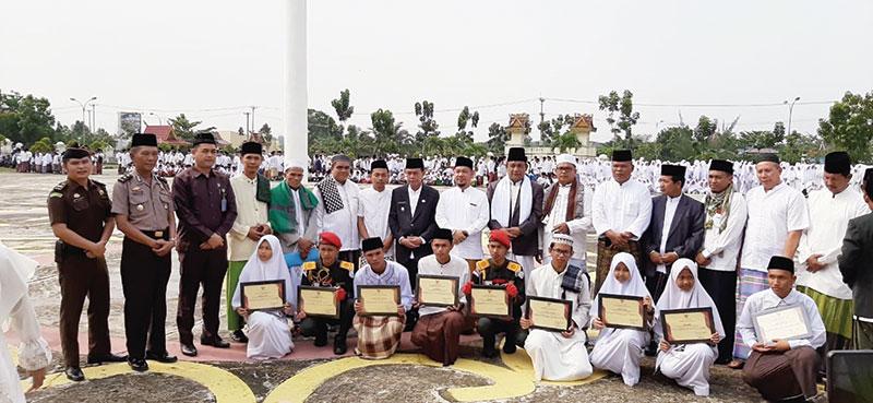 Santri Ponpes Manbaul Maarif Terima Penghargaan dari Bupati Pelalawan