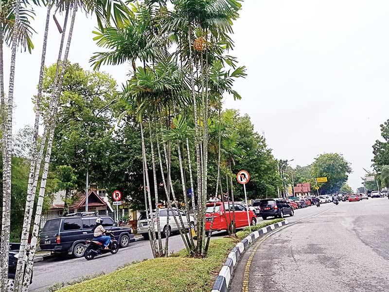 Rambu Dilarang Parkir Tak Diindahkan