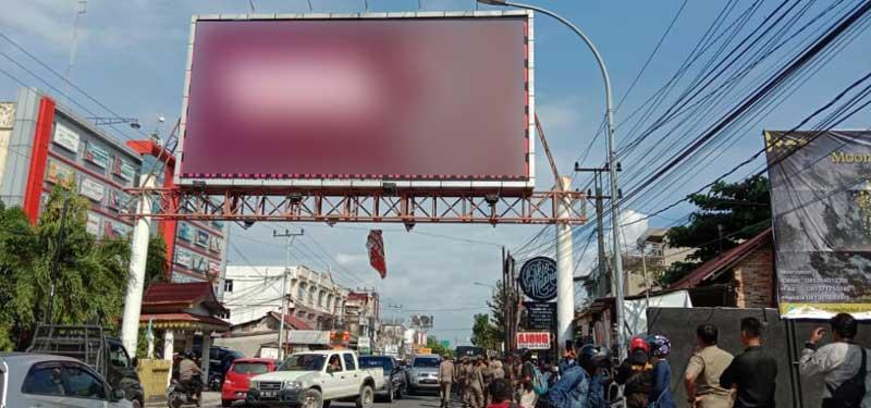 Pemko Pekanbaru Tunggu Itikad Baik Pemilik Bando Reklame untuk Memotong Sendiri