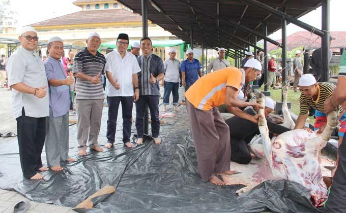 Umat Muslim PTPN V Sembelih 317 Hewan Kurban