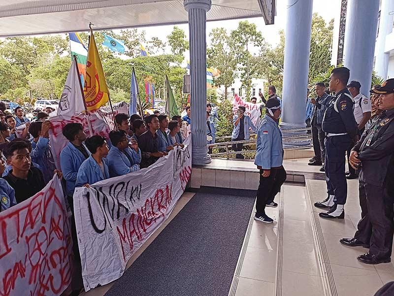 Gelar Aksi Demo di Gedung Rektorat Unri