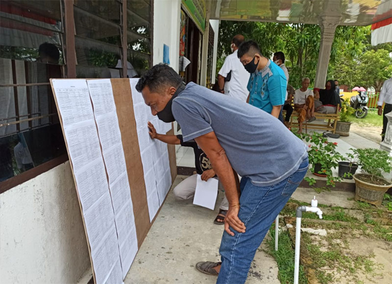 Pajang Nama Penerima Bansos di Kelurahan Umban Sari