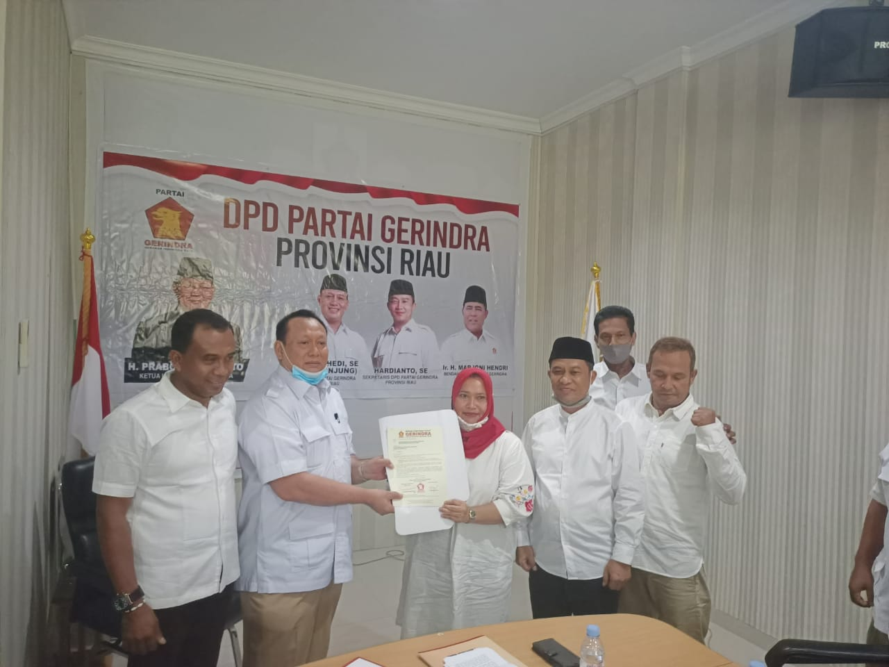 Gerindra Serahkan Empat SK Dukungan Paslon di Riau, Termasuk Kasmarni dan Said Arif Fadillah