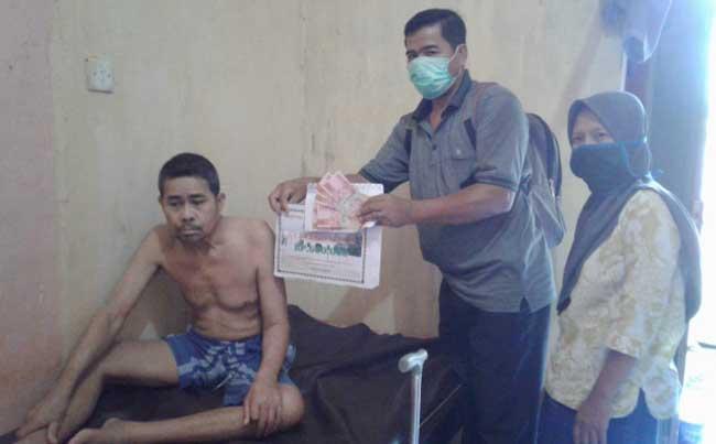 Tak Sanggup ke Kantor Desa, Warga Sampurago Terima BLT-DD di Rumah