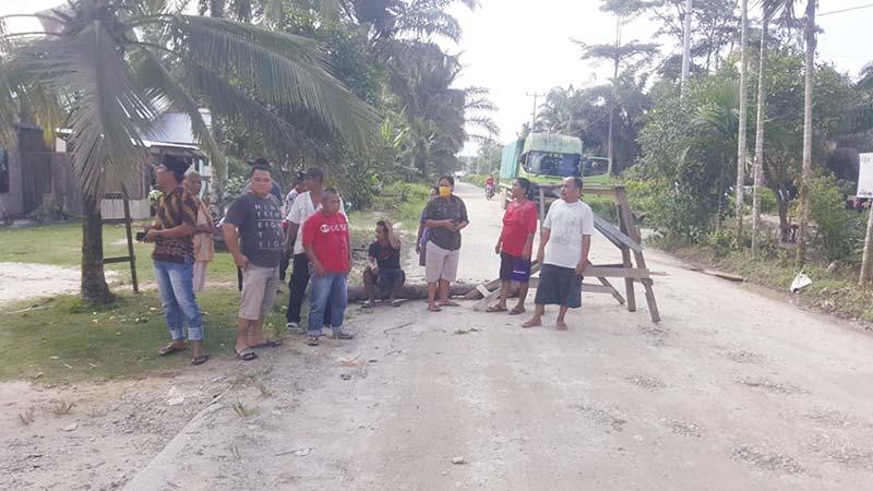 Warga Demo Tuntut Pengaspalan Jalan
