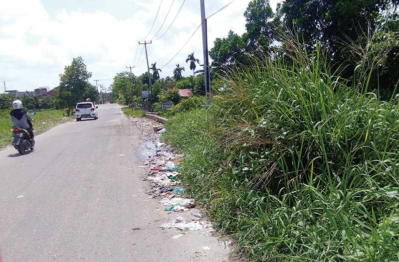 Tampak Kumuh, Warga Keluhkan Sampah di Jalan Alternatif