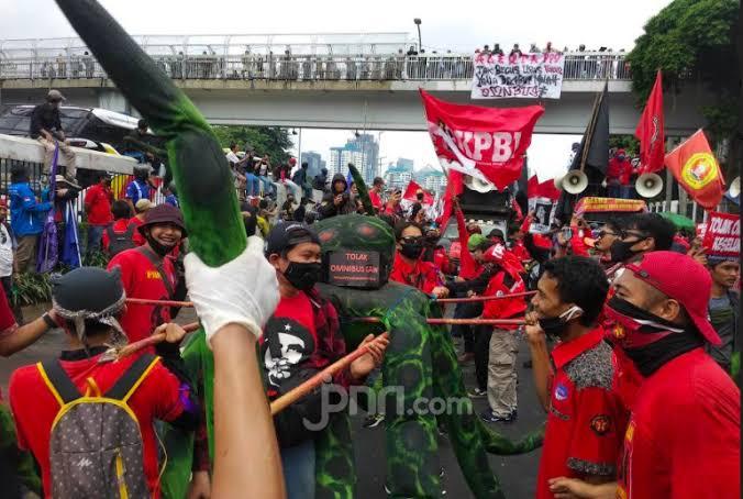 Massa di Gedung DPR: Tak Becus Urus Virus, yang Dikebut Omnibus