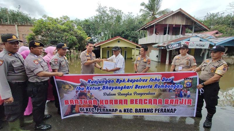Kapolres Inhu Serahkan Bantuan Banjir