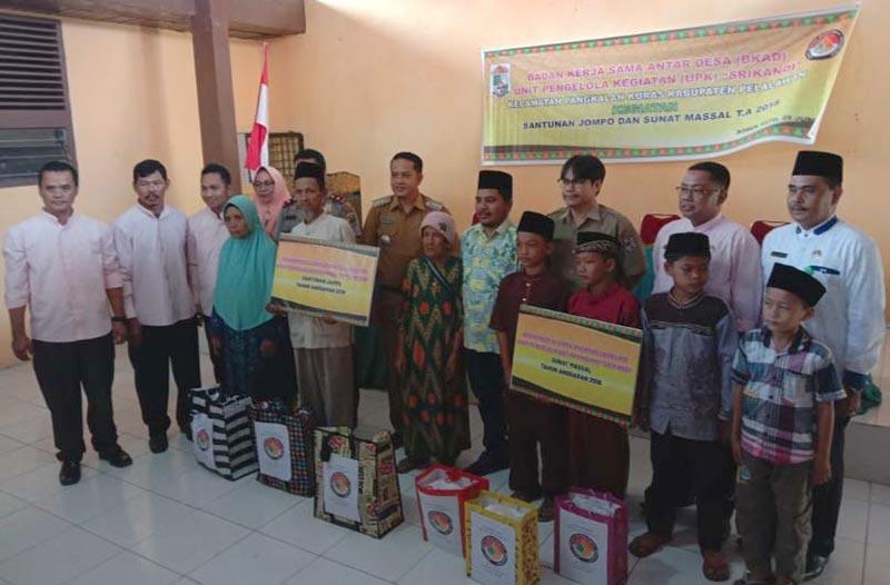 BKAD Kecamatan Pangkalan Kuras Gelar Sunatan Massal dan Santuni Jompo